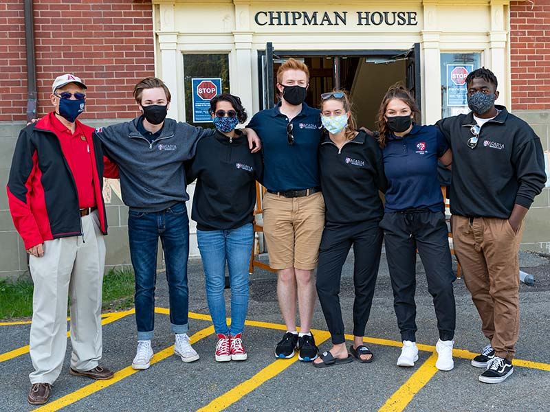 RA's and Dr. Peter Ricketts pose in front Chipman House during Move-In Weekend 2020